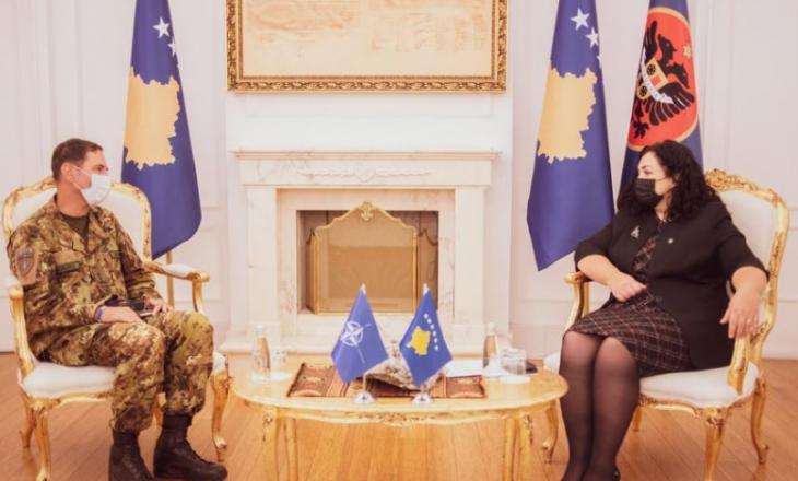 Presidentja dekoron me Medaljen Presidenciale Ushtarake komandantin e KFOR-it